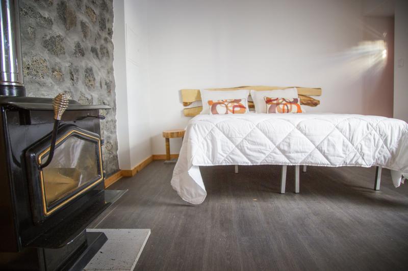 Suite com lareira e banheira em madeira