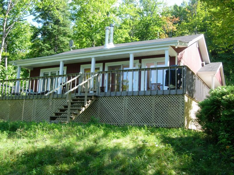 Lovely quiet cottage on the lakeshore, close to summer and winter activities
