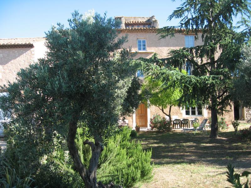 Studio Le Pigeonnier dans Vieux Mas Provençal, holiday rental in Berre l'Etang