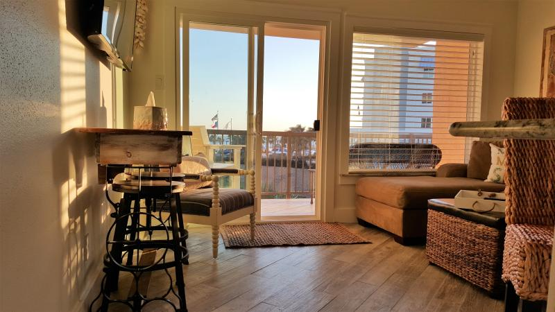 SEAclusion Beach Cottage Condo with Views, alquiler de vacaciones en Galveston