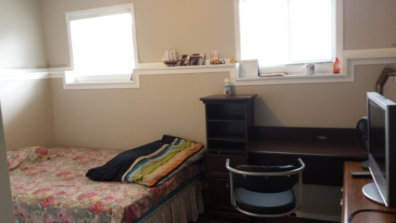 Large Furnished room, Queen Bed, alquiler de vacaciones en Airdrie