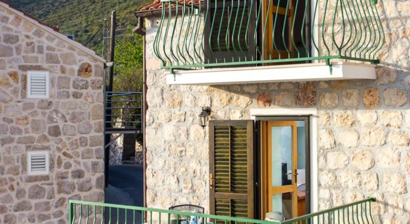Traditional sea view stone house, alquiler de vacaciones en Mlini