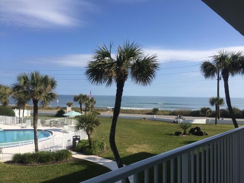 vue sur la piscine et l'océan incroyable sur votre salon!