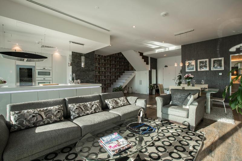 Pure luxury - Marina duplex condo fully renovated, aluguéis de temporada em Dubai