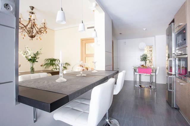 Sala ampla com cozinha ilha / conceito aberto grande sala de estar