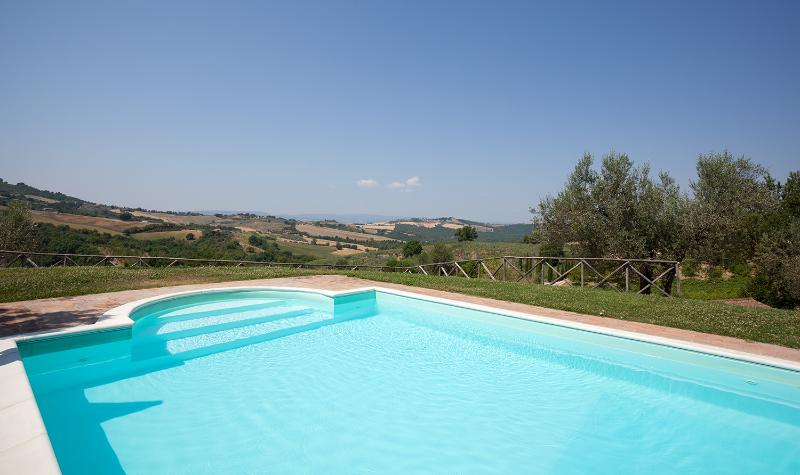 Our swimming pool (seasonal) : you can enjoy the beautifull landscape of Umbrian hills!