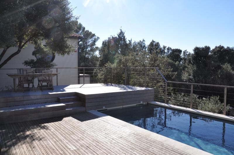 Terrasse surplombant la piscine avec vue dégagée