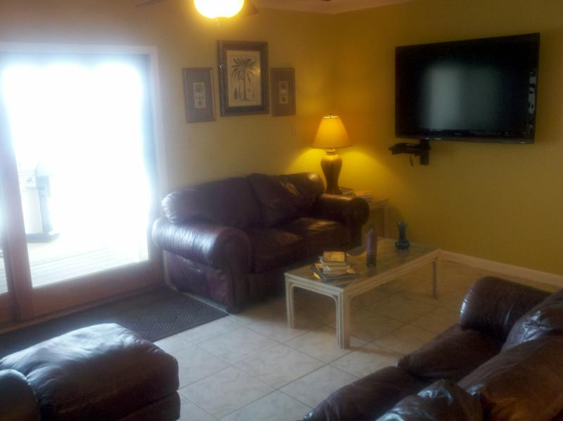 55' LCD tv w/dvd Leather Foldout Sofa all overlooking the ocean