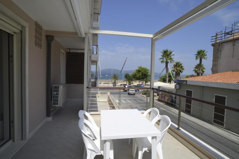 balcone vista mare con tende automatiche