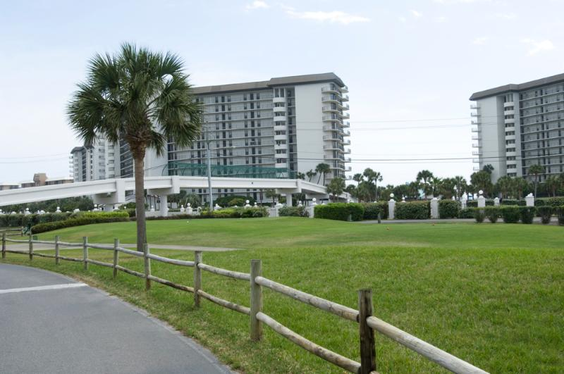 The condo is only 100 yards from the  Cross-over to the beach. Away from all the noise and crowds.