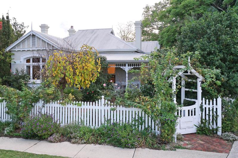 Durack House Bed and Breakfast Camellia Room, vacation rental in Vincent