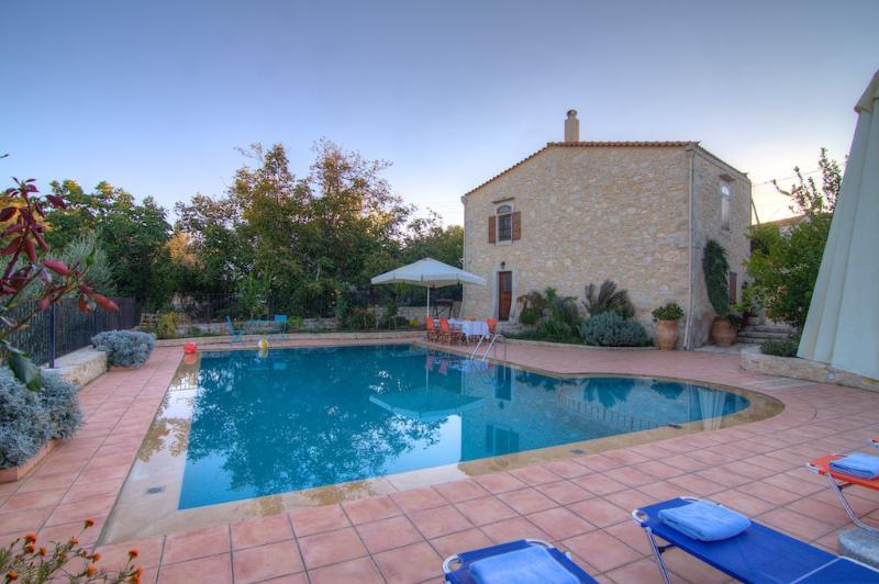 Villa Ariane, calme, piscine et jardin privés., casa vacanza a Margarites