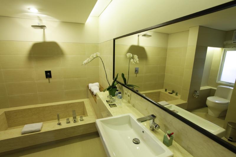Bathroom guest with bathtub