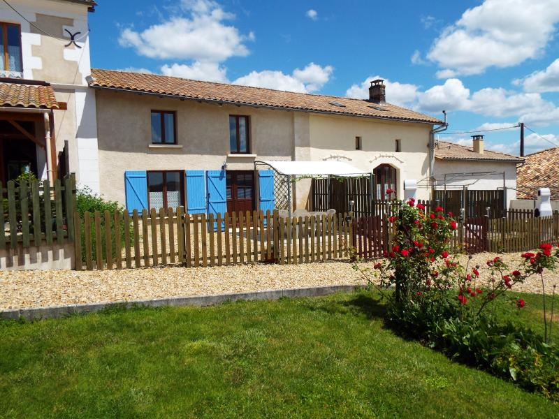 Juniper Gîte, Country views, Heated Pool, holiday rental in Montguyon