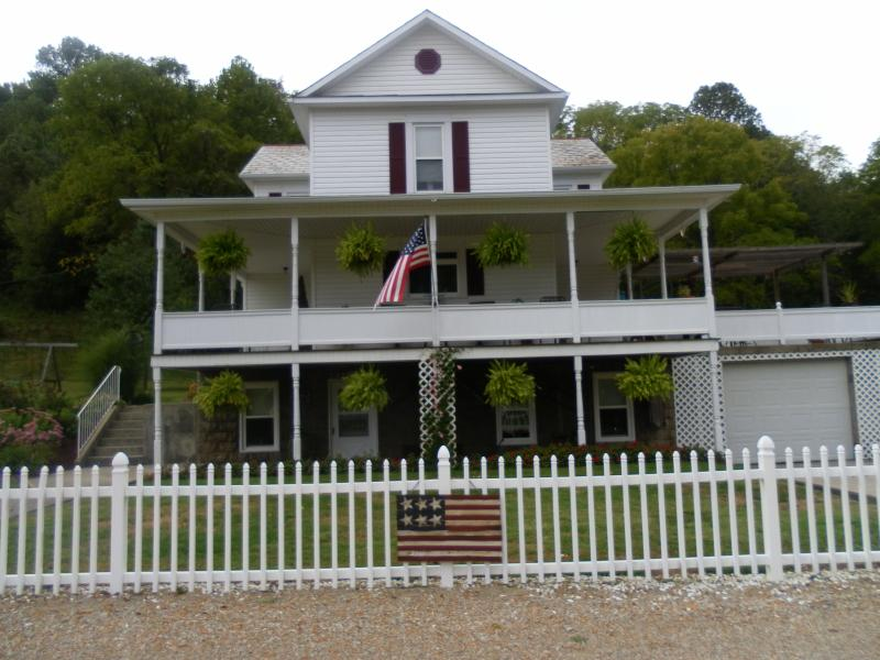 Charming large private suite with many amenities and close to all the Hocking Hills attractions