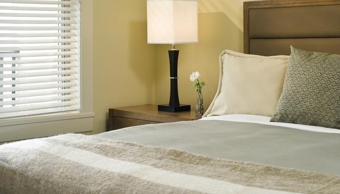 Quédate dormido en la suntuosa cama tamaño king del dormitorio principal. Las fotos son representativas y las configuraciones de camas pueden variar.