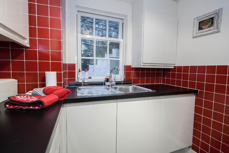 Fully fitted modern kitchen with quality kitchen appliances