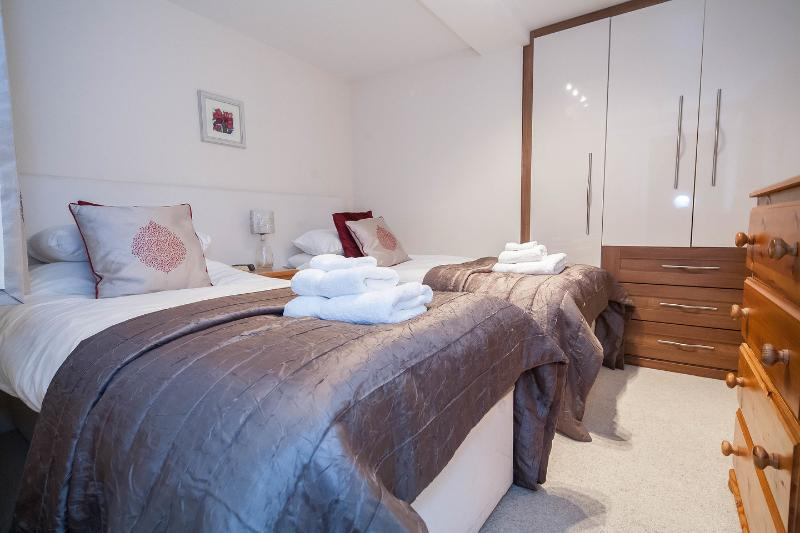 Twin bedroom with quality bed linen and towels provided