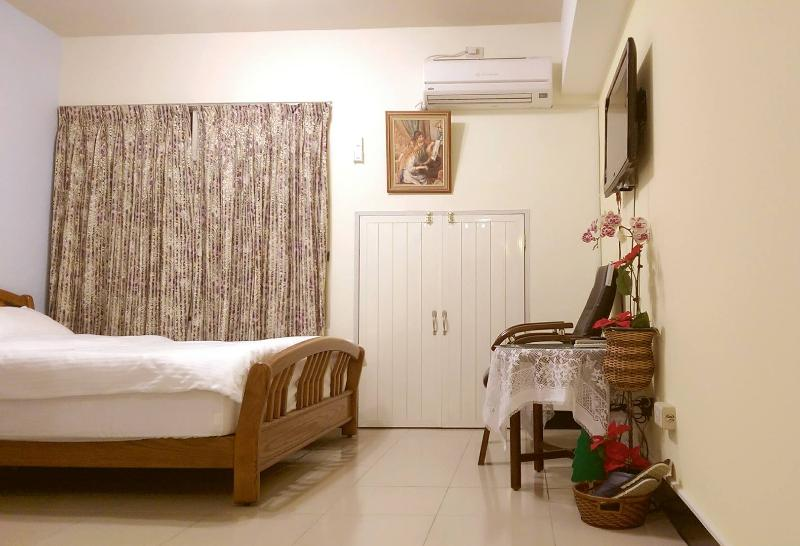 Cosy room (Near MRT Kaohsiung train, bus station), vacation rental in Lingya
