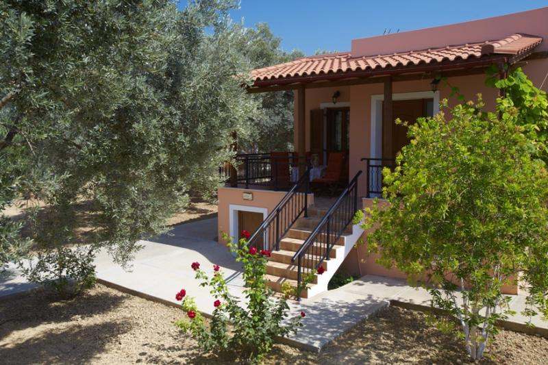 Comfortable and tastefully decorated holiday house in olive grove, vacation rental in Stavromenos Rethymnis