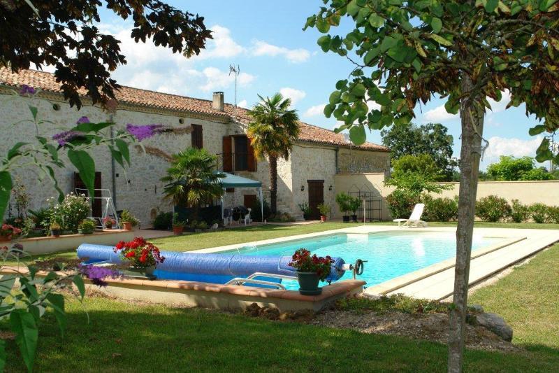Magnifique maison de campagne  où vous pourrez profiter  de la piscine et du calme de la campagne.