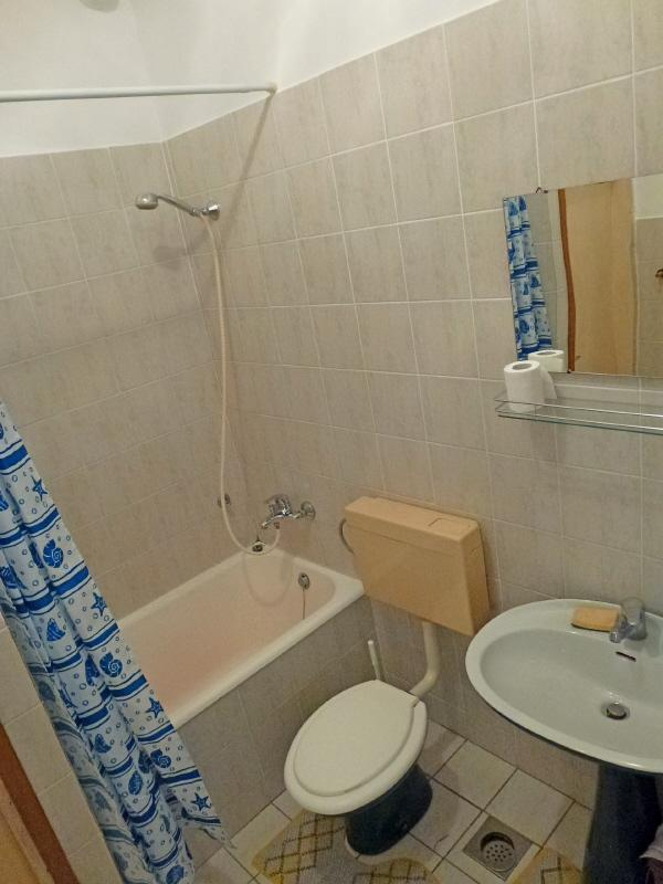 A Studio(2) : bathroom with toilet