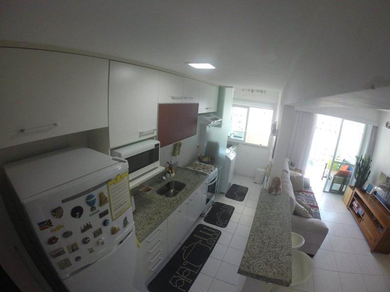 Cozinha totalmente equipada com fogao, microondas, geladeira, pratos, talheres e panelas