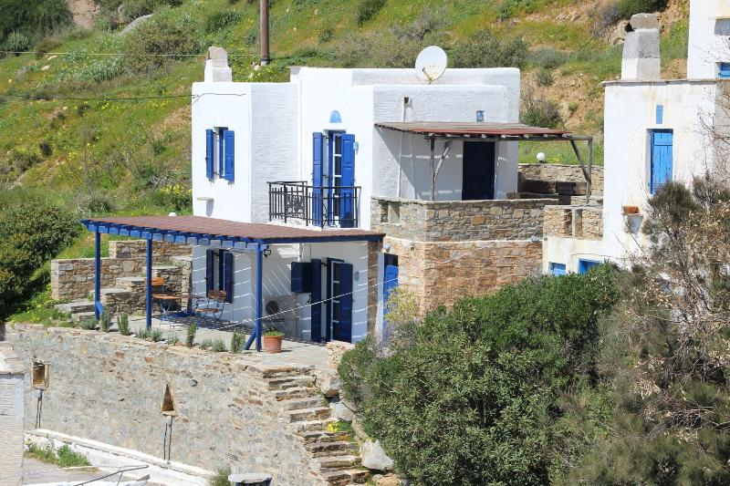 Cycladic house with fantastic sea views, holiday rental in Agkidia