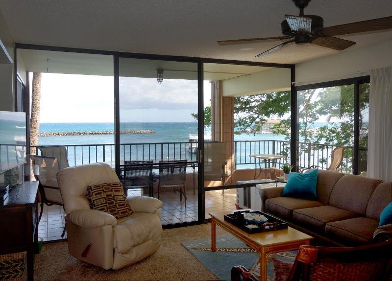 Direct Ocean Front - Spacious corner lanai, holiday rental in Maalaea