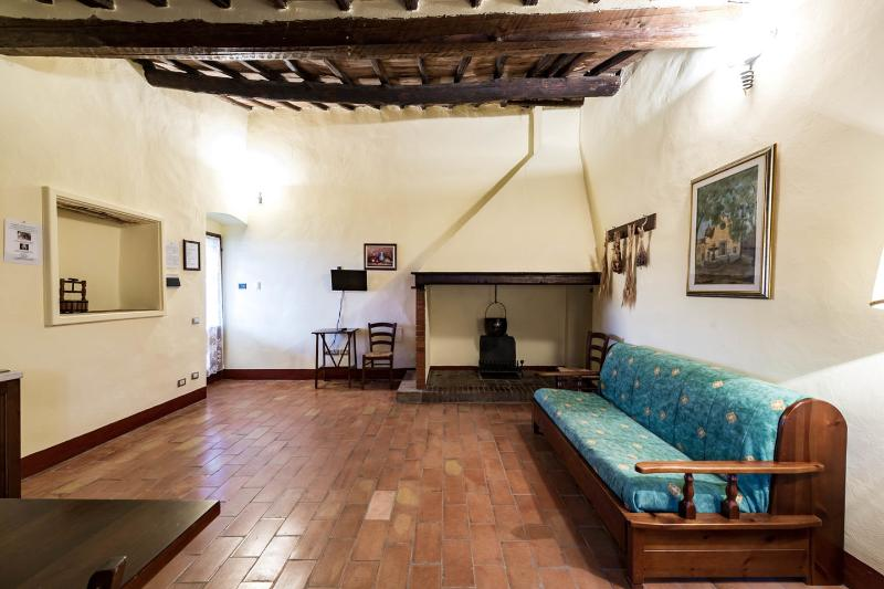 Delightful Tuscan villa in the woods of Monteriggioni with private grounds and pool, holiday rental in Monteriggioni