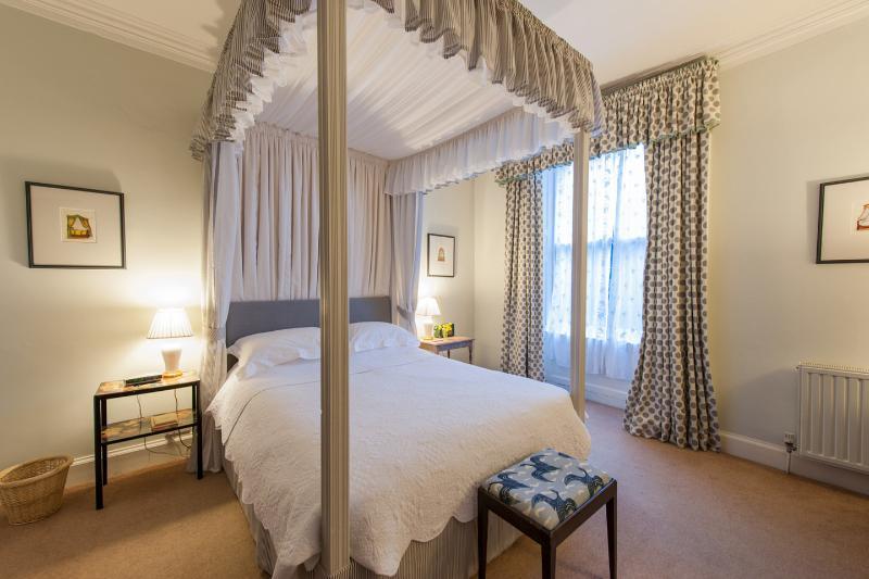 Elegant 2 bedroom garden apartment in Stockbridge, vacation rental in Edinburgh