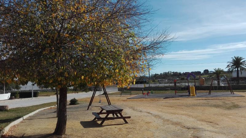 Parque infantil en el centro del pueblo de Zalea. Con bancos, quiosco,cafetería, laguna con patos...