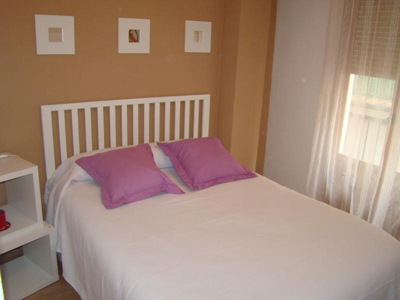 Dormitorio con cama doble