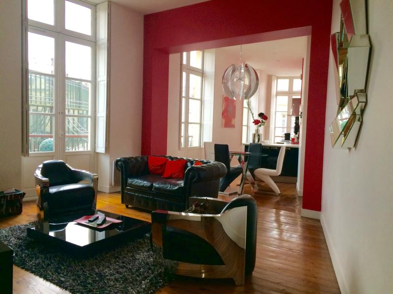 LUXUEUX APPARTEMENT DANS LE TRIANGLE D'OR., holiday rental in Bordeaux