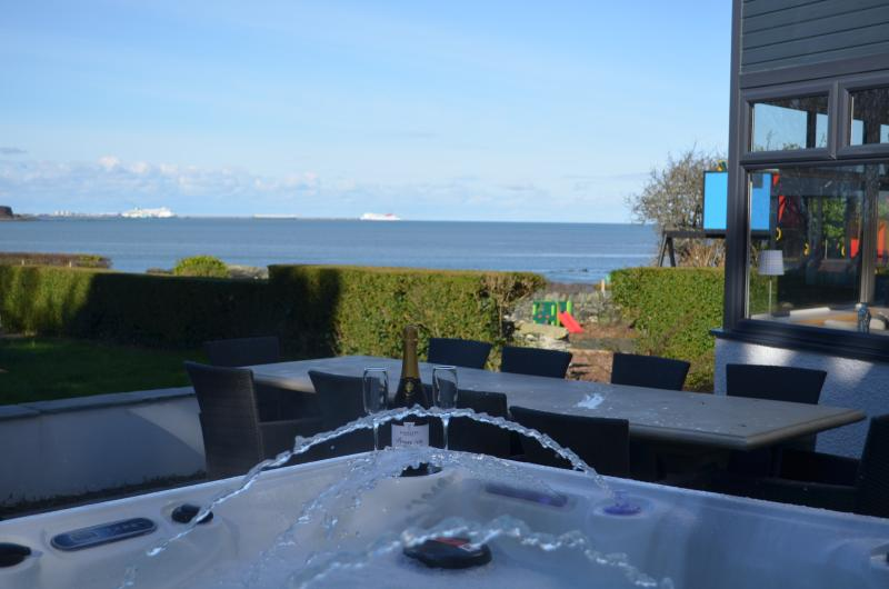 Trefonen House, Beachfront with hot tub and BBQ Hut, location de vacances à Llanfachraeth