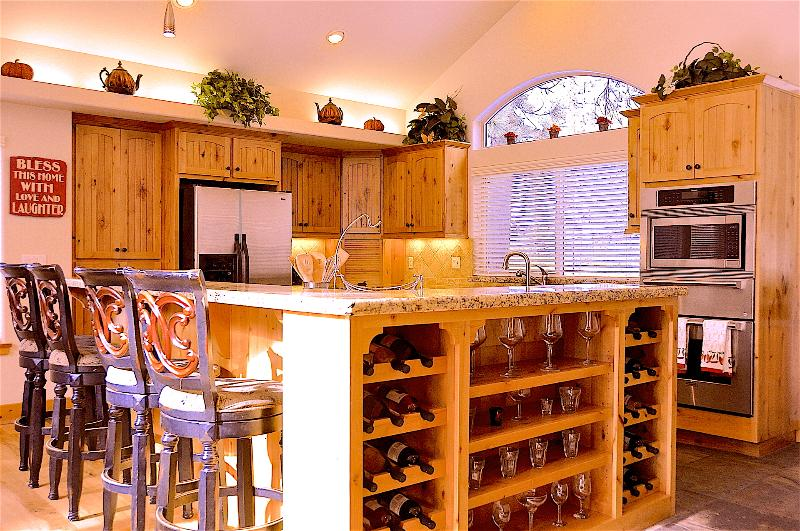 Gourmet Kitchen - fully equipped with modern appliances and kitchen utensils