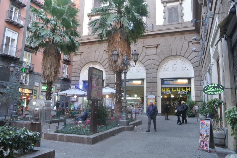 piazzetta Teatro Augusteo con stazione funicolare per il omero 300mt dal 'appartamento