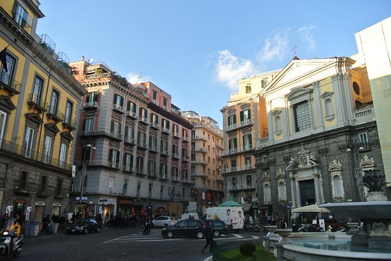 piazza trieste e trento con Teatro San Carlo 5 minuti
