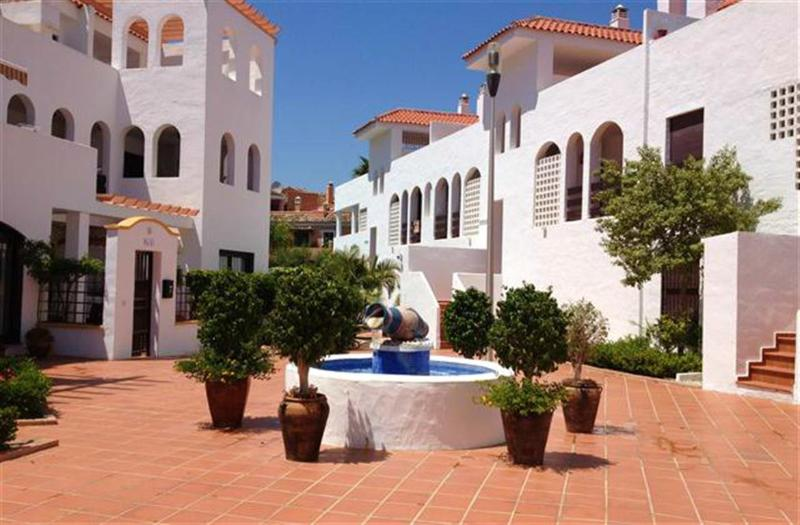 LUXURY FURNISHED 2 BEDROOM APARTMENT WALKING DISTANCE TO PUERTO BANUS FIVE MINUTES DRIVE TO MARBELLA