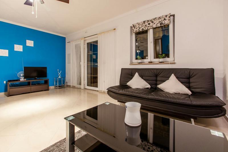 Beautiful new apartment Sutivan, vacation rental in Sutivan