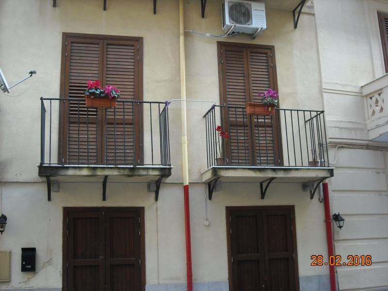 Appartamento Luminoso per via di 2 Balconi situato al 1° Piano  di una struttura decorosa .