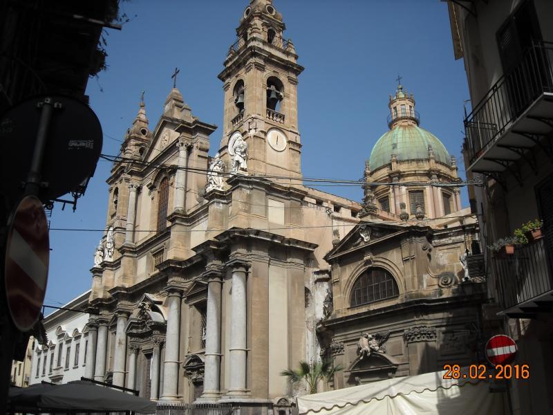 a pochi metri la Chiesa di Sant' Ignazio all'Olivella e il Museo Archeologico Regionale