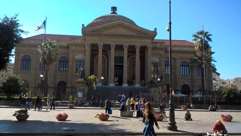 a pochissimi metri dal famoso Teatro Massimo e dai più importanti siti Turistici/Culturali