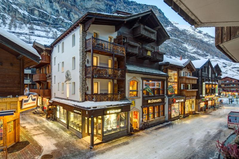 Chalet Alpine Lodge in the center of Zermatt