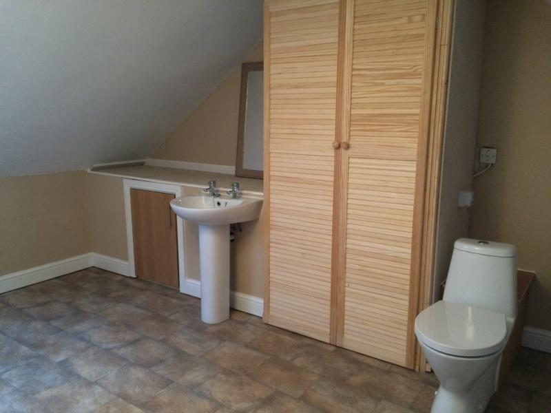 Family bathroom: Bath basin wc
