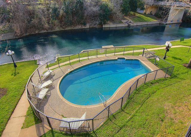 Comal Riverfront! Steps from Water park! Community pool, direct river access!, location de vacances à New Braunfels