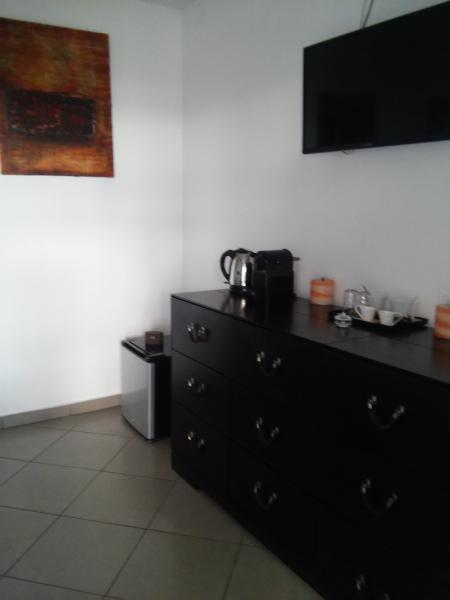 mini bar cafetière bouilloire dans les chambres