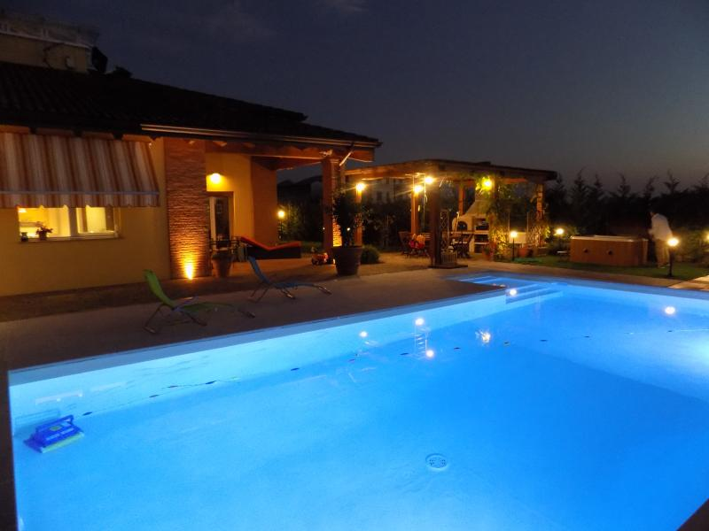 Villa nuova a Parma con piscina e SPA, holiday rental in Mamiano
