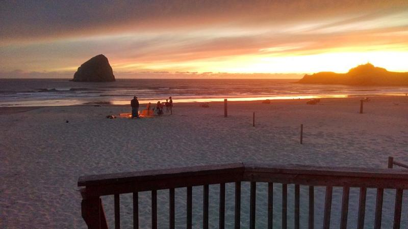 Beach Front Family Fun House - PET FRIENDLY Truly walking distance to everything, holiday rental in Pacific City