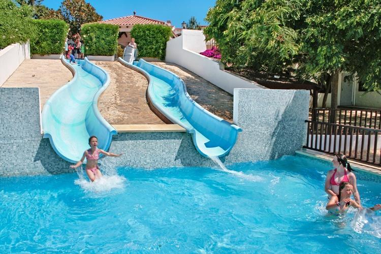 Zona comunitaria con piscina-toboganes para niños.